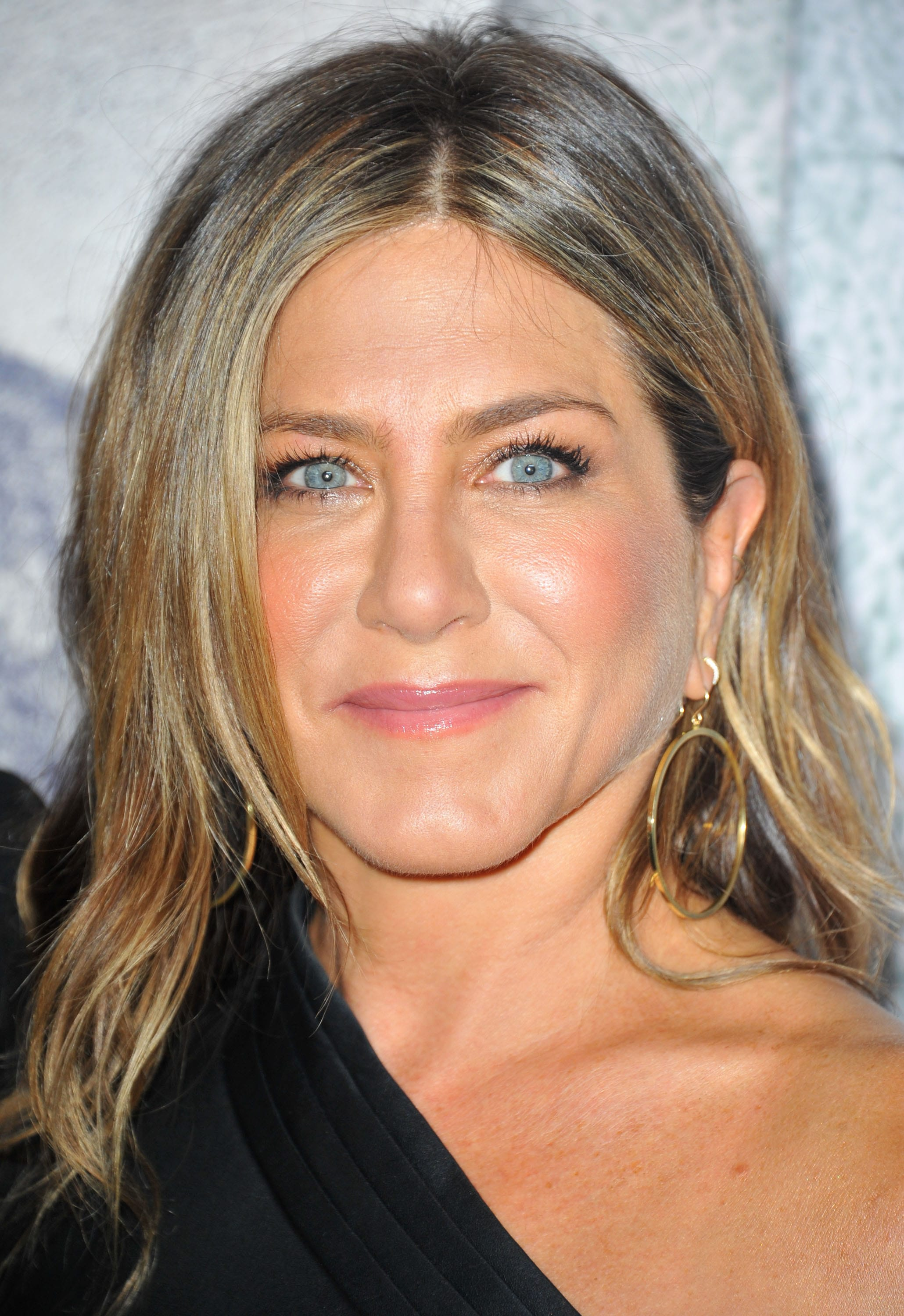 Jennifer Aniston wears her mid length blonde hair with brown highlights at LA premiere for The Leftovers