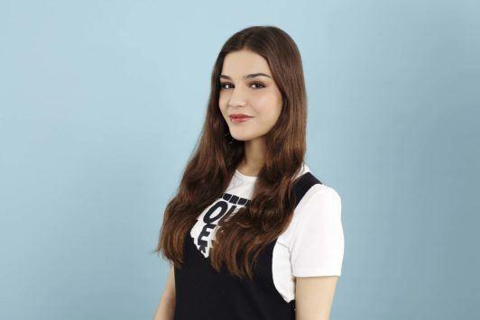 Heatless curls: Brunette model with long hair