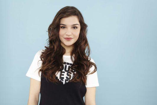 hair curls without heat: Brunette model with heatless curls: