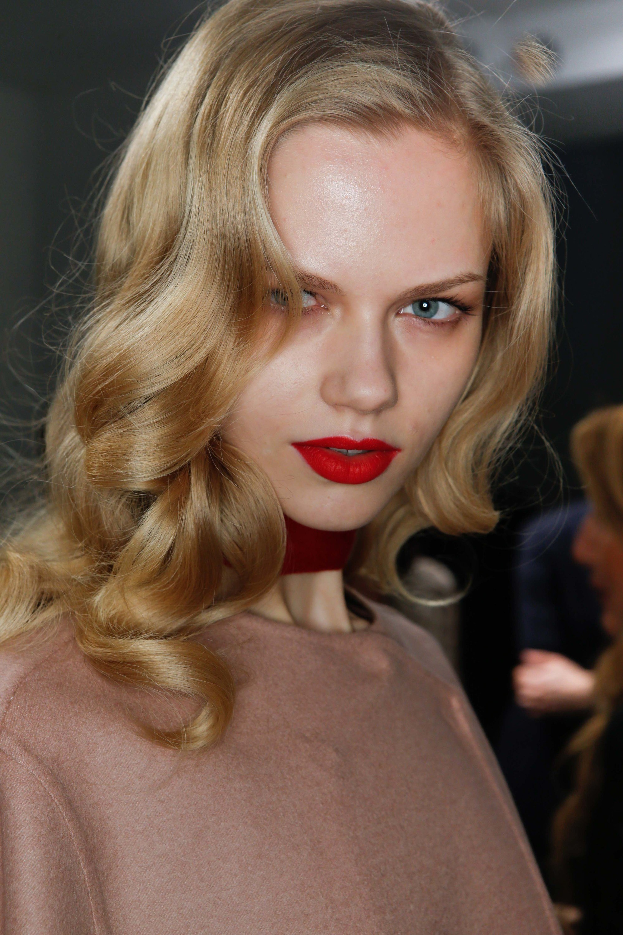 curl straightened hair: backstage of woman with hollywood curls posing