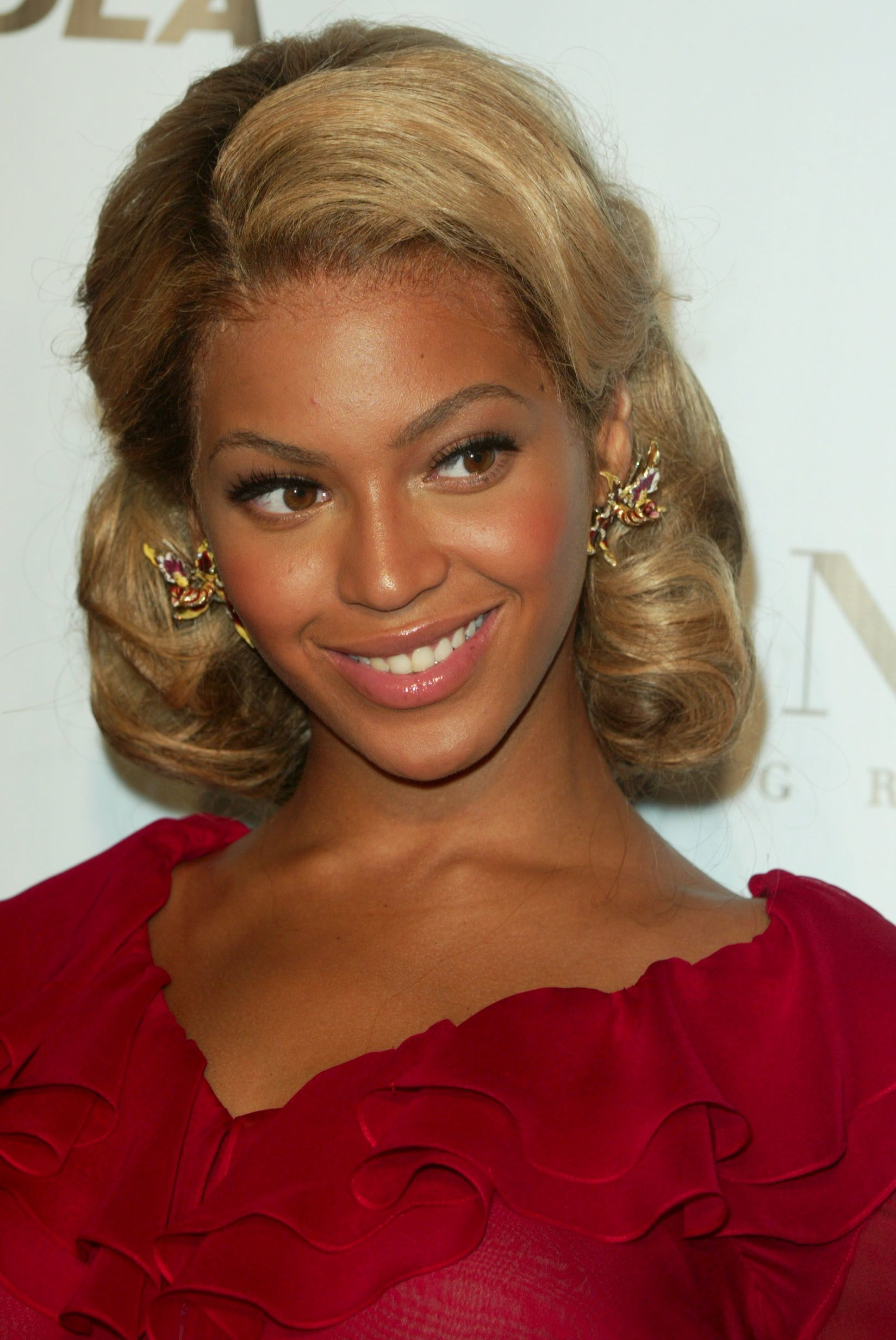 Beyonce with medium blonde hair in retro pin up curl updo
