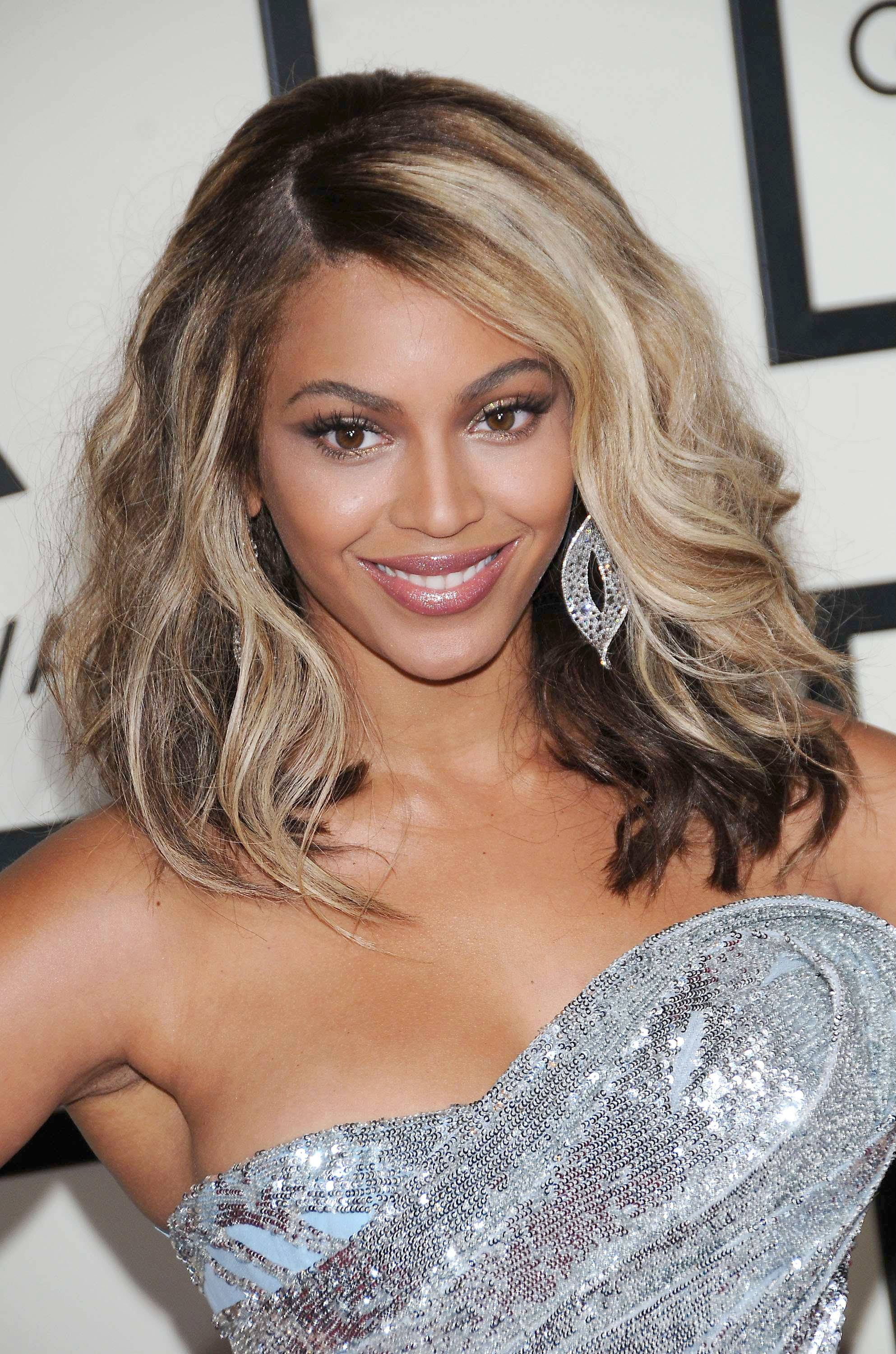 Beyonce Grammy Awards with shoulder length wavy hair with bold blonde highlights