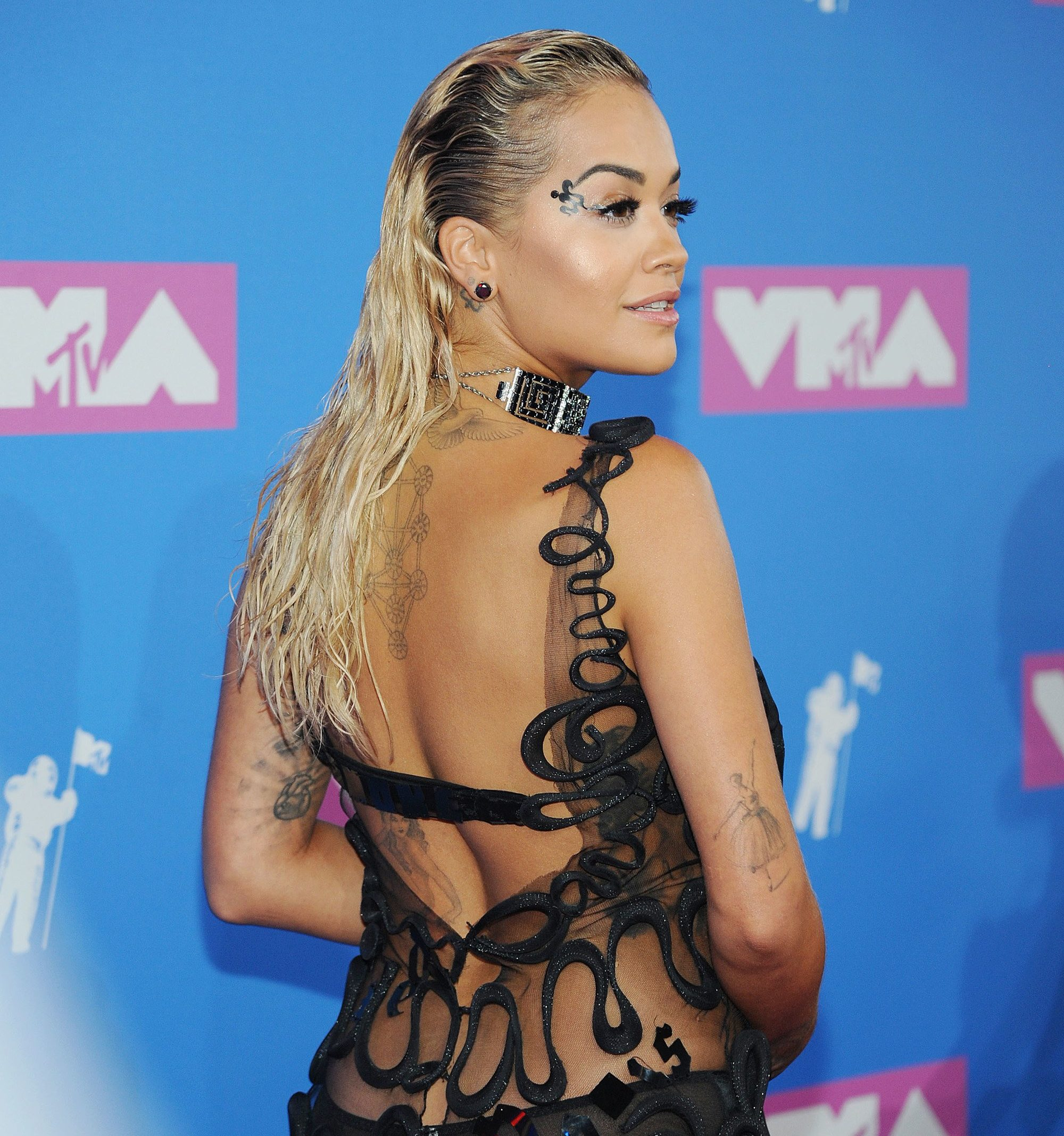 Close up shot of Rita Ora with bleached blonde wet look hair on the VMA red carpet.