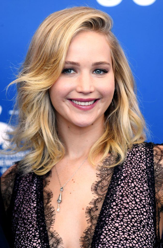 bangs for fine hair: Jennifer lawrence with side bangs and wavy hairstyle on the mother red carpet