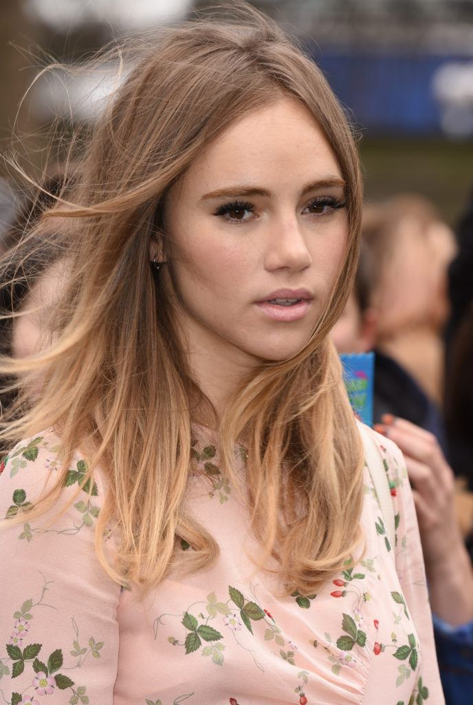 model and actress suki waterhouse with shoulder length butterscotch blonde straight balayage hair