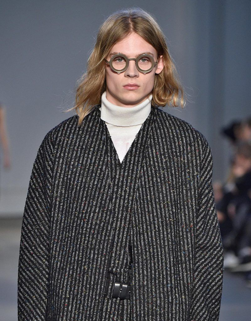 Vintage hairstyles for men: Blonde male model with long flowing '90s kurt cobain hair