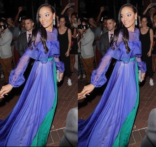 model selita ebanks arriving at serena williams wedding in a blow and green gown with her hair in sideswept curls