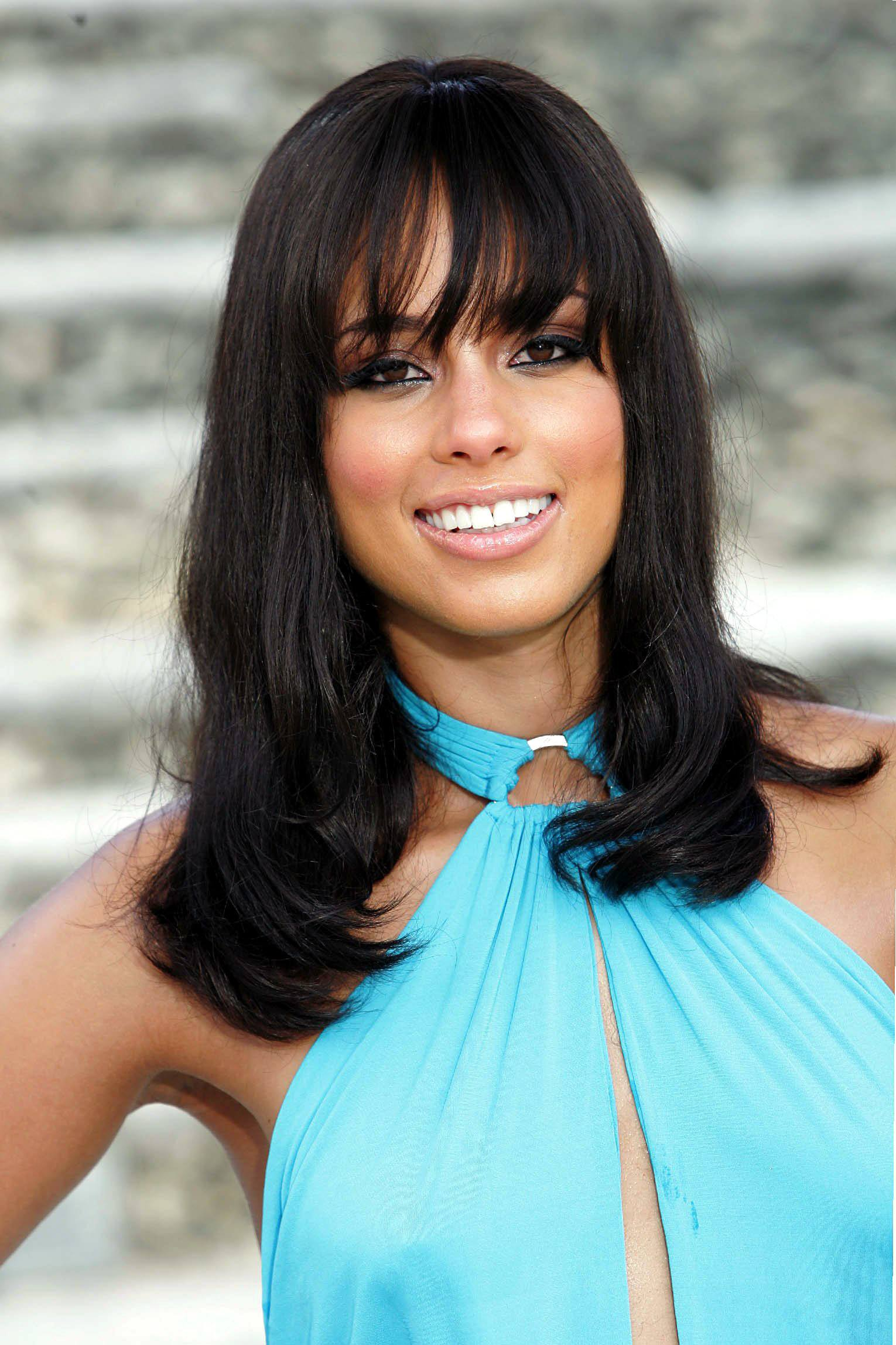 alicia keys filming a video in 2004 with straight hair with bangs