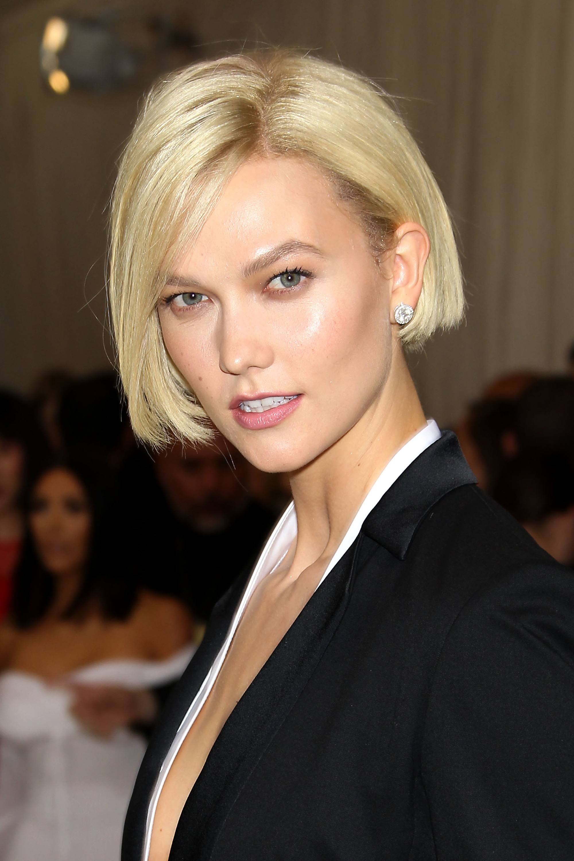 Bob hairstyle: Karlie Kloss with a very short blonde bob
