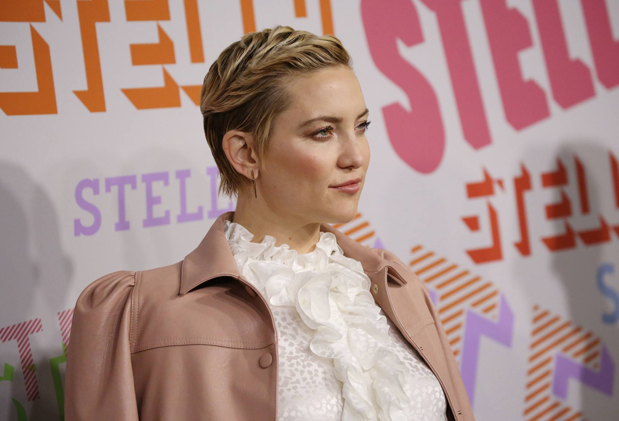 actress kate hudson with a grown out blonde pixie cut