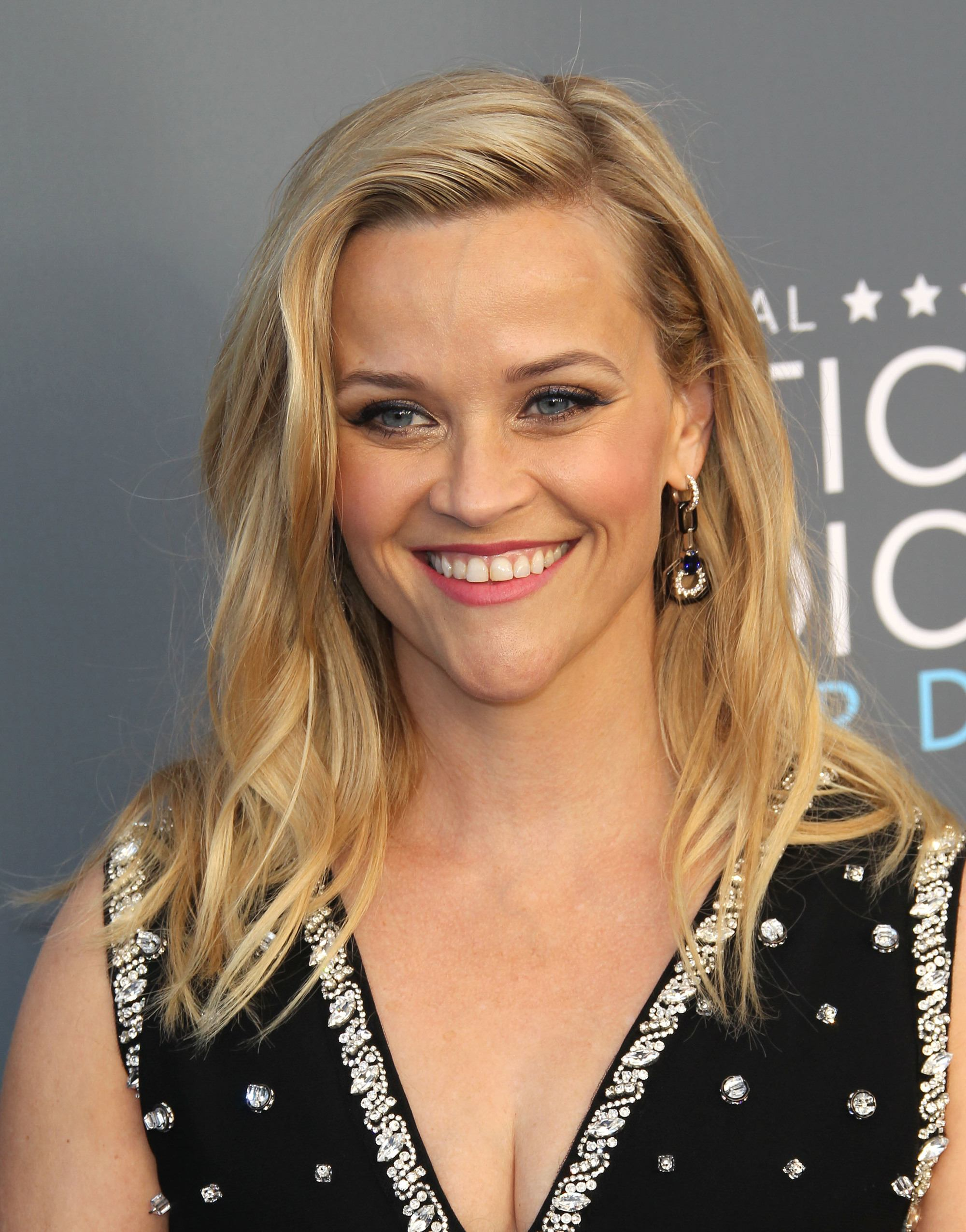 triangle face hairstyles: reese witherspoon with side parted blonde mom hair