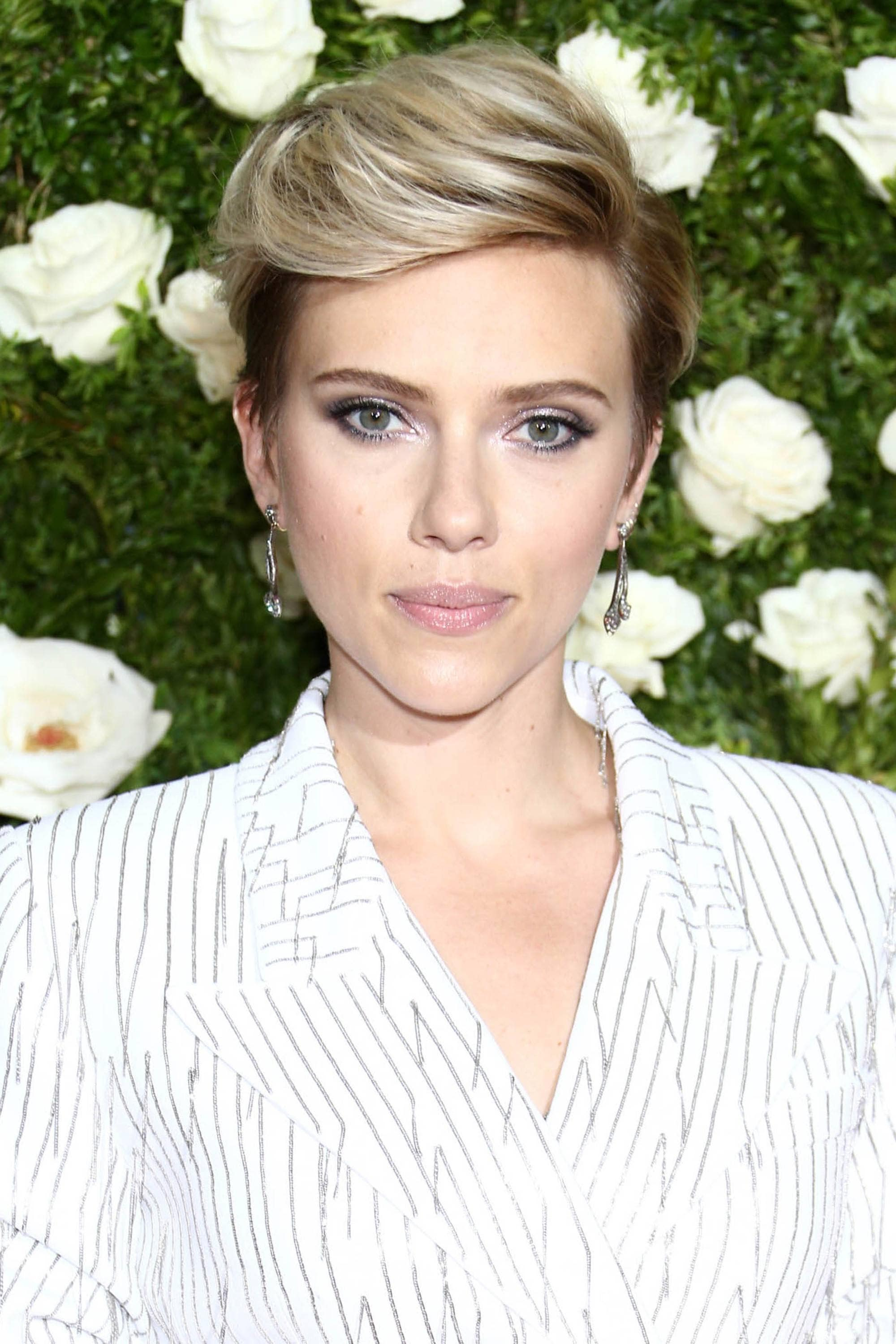 triangle face hairstyles: scarlett johansson with a blonde quiffed pixie cut