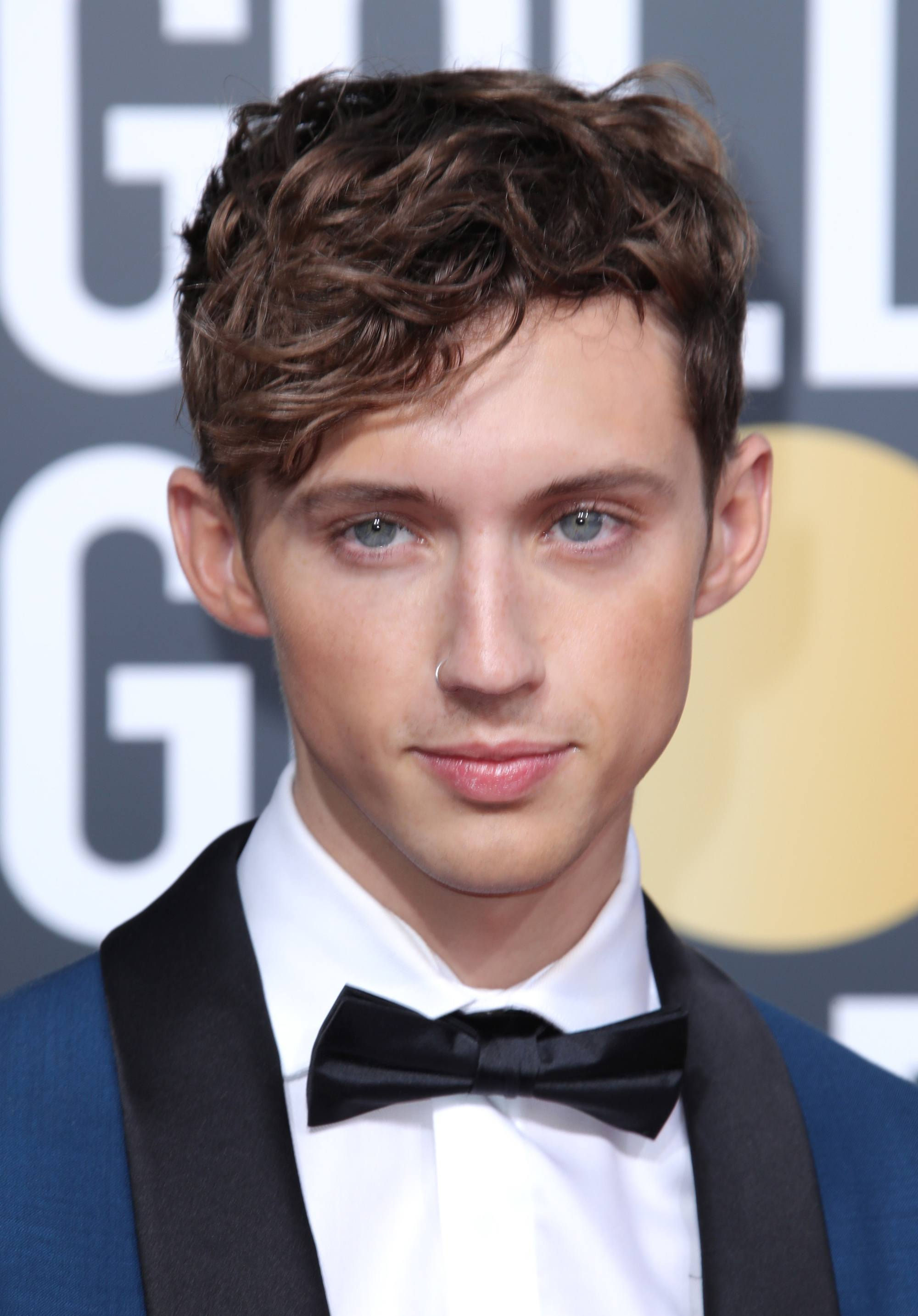 Golden Globes 2019: Close-up of Troye Sivan with brown curls
