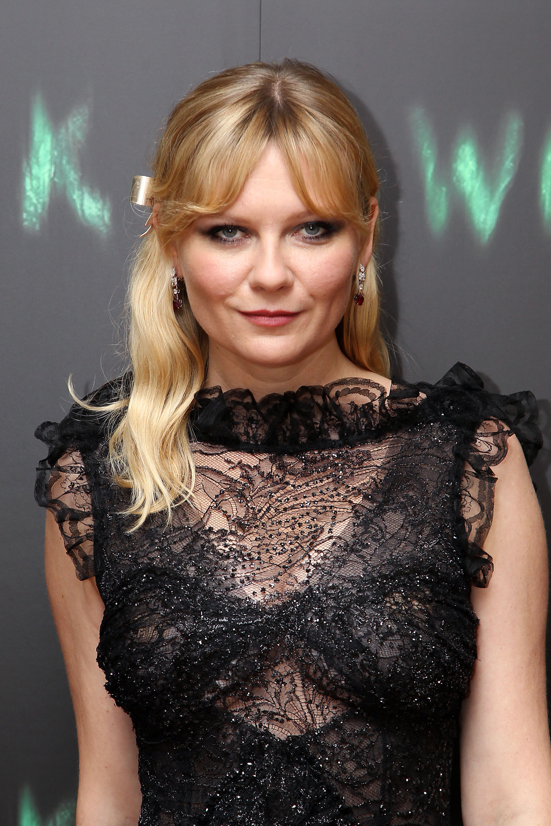 kirsten dunst medium length blonde hair with bardot bangs