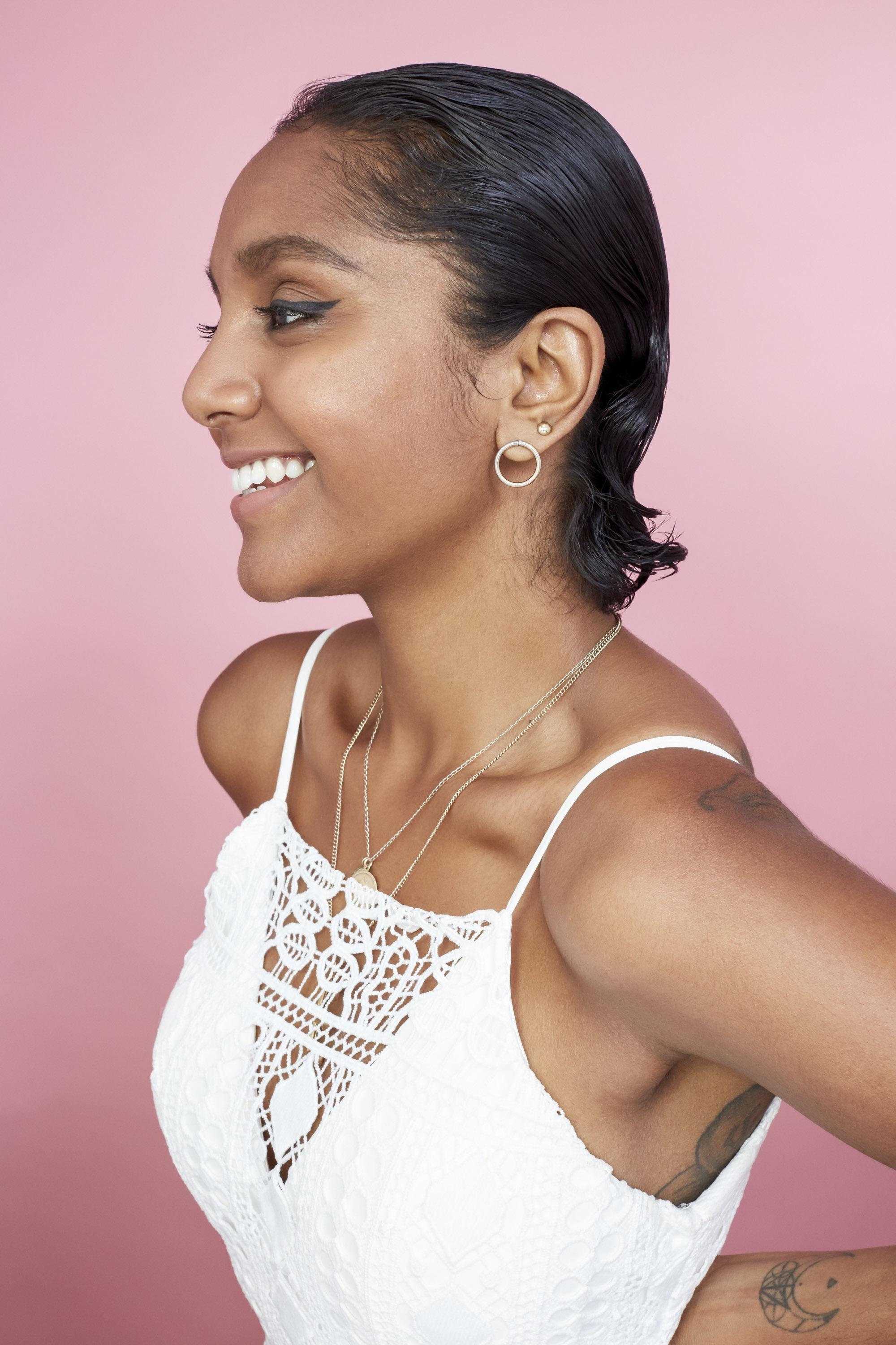 Short brown hairstyles: Side view photo of a