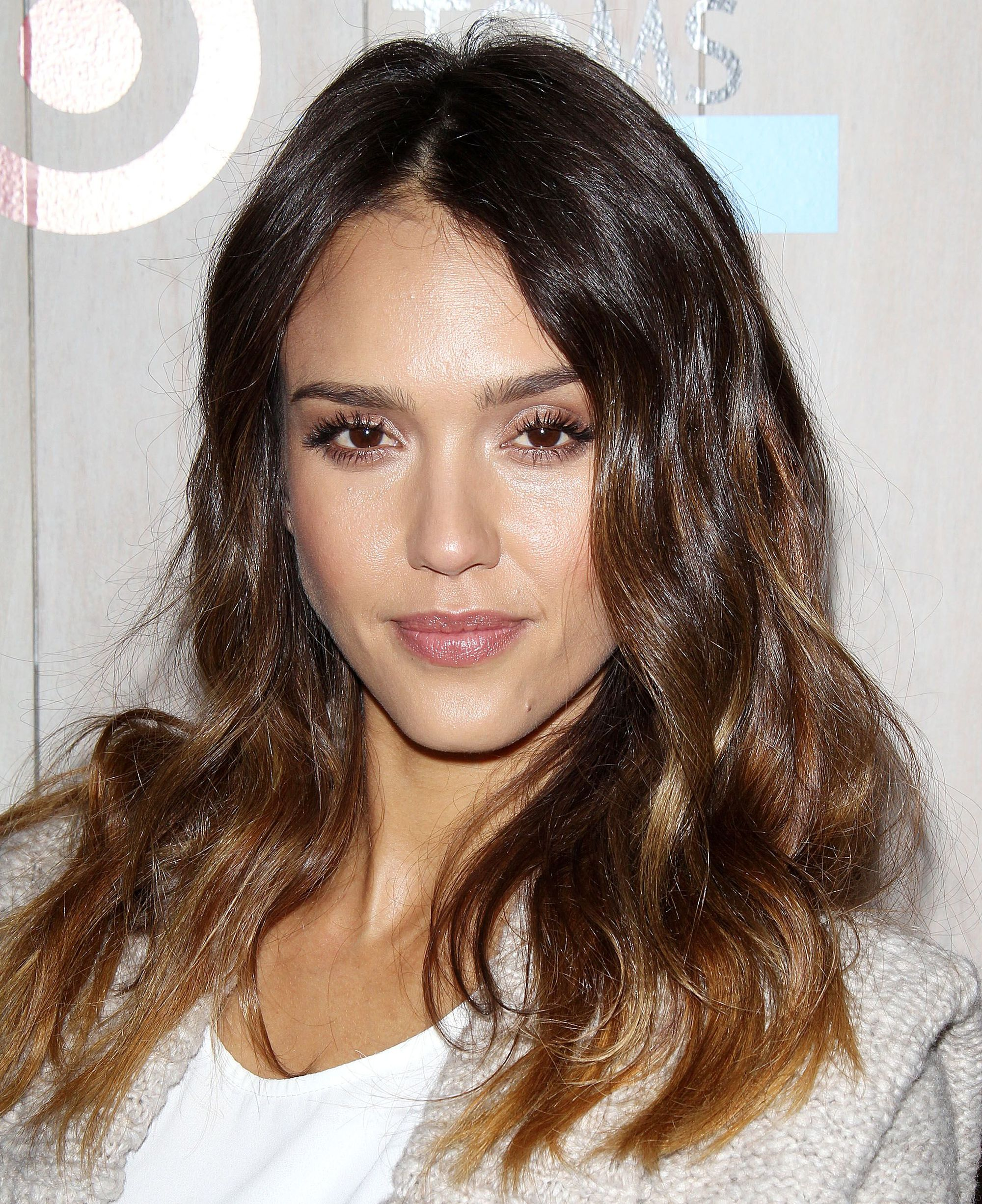 jessica alba with shoulder length wavy chocolate and chestnut lowlights
