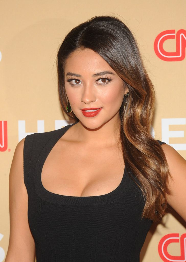 Lowlights for brown hair: shay mitchell with long sideswept curls in caramel and chocolate brunette with lowlights