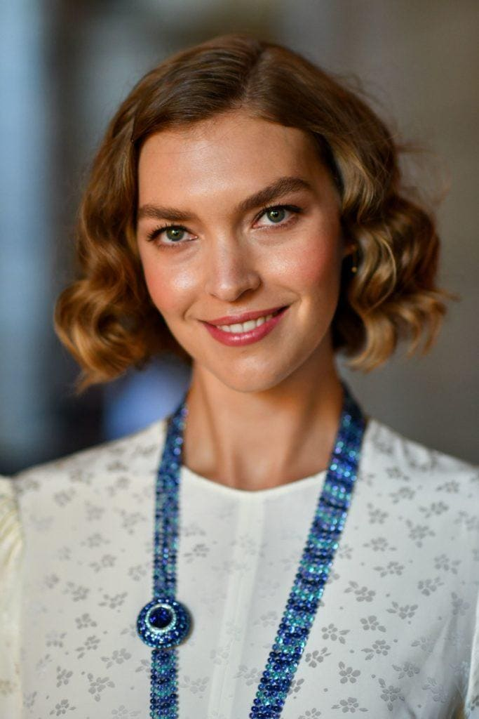 hairstyles for fine curly hair: model arizona muse with a 1920s style curly flapper bob haircut