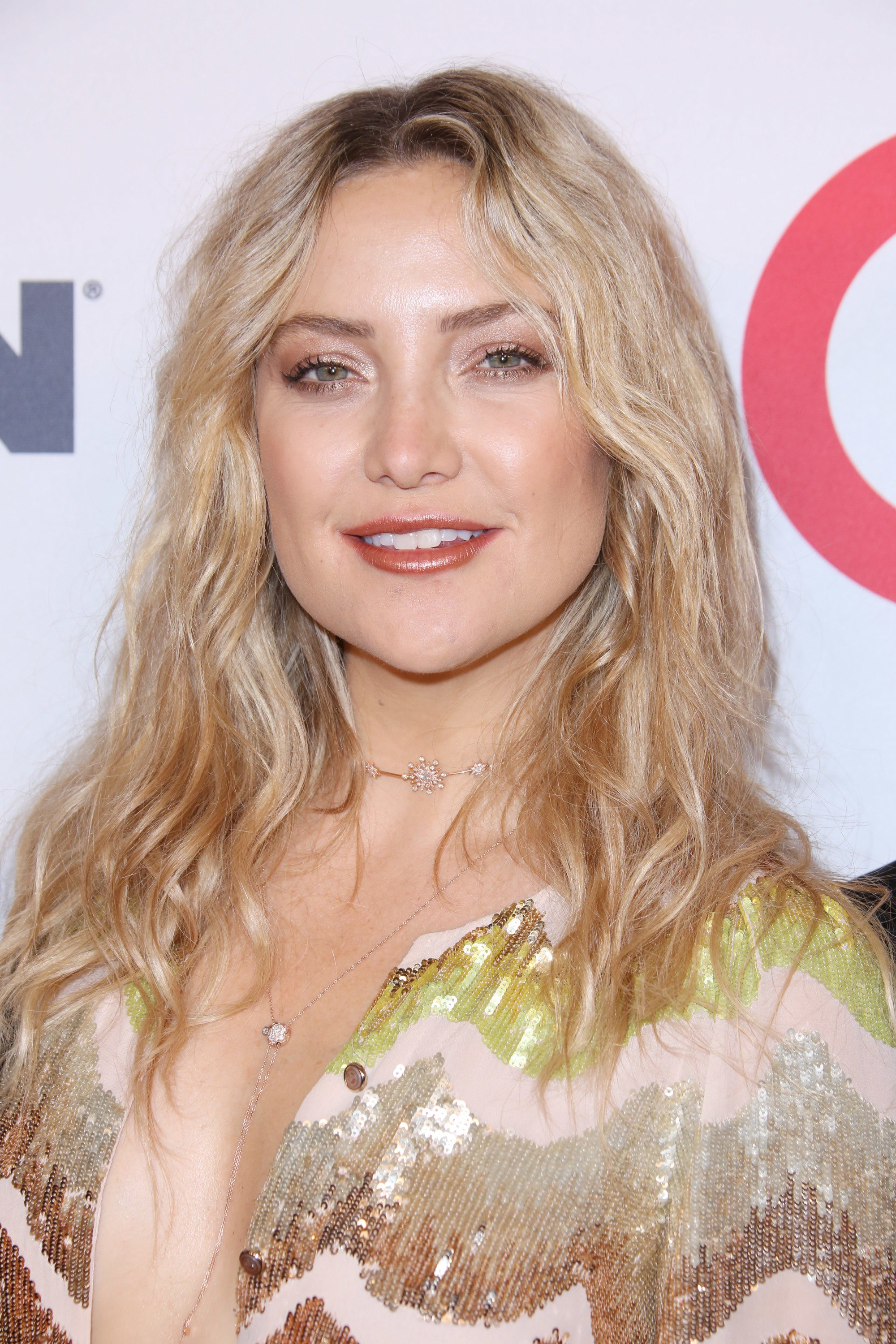 hairstyles for fine curly hair: kate hudson with shoulder length wispy blonde waves