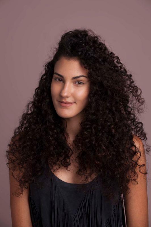 rizos 2C mujer con el pelo a medio lado