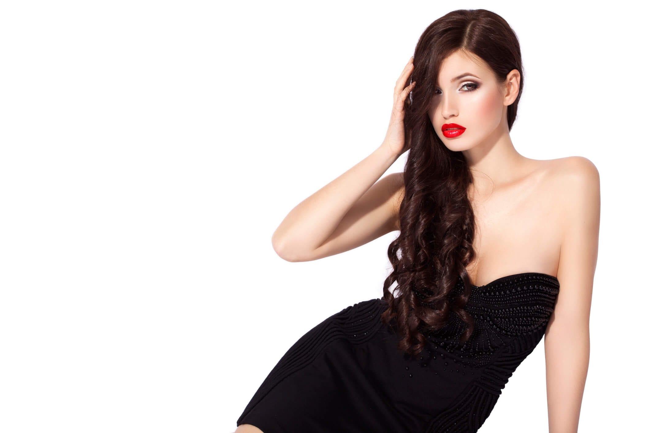 peinados glamorosos cabello suelto a medio lado