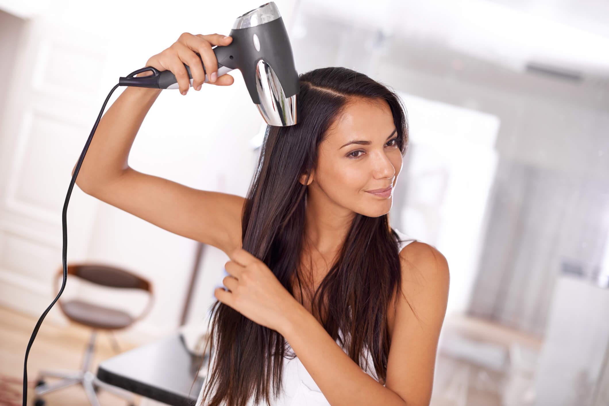cepillar el cabello lacio con calor secando el pelo