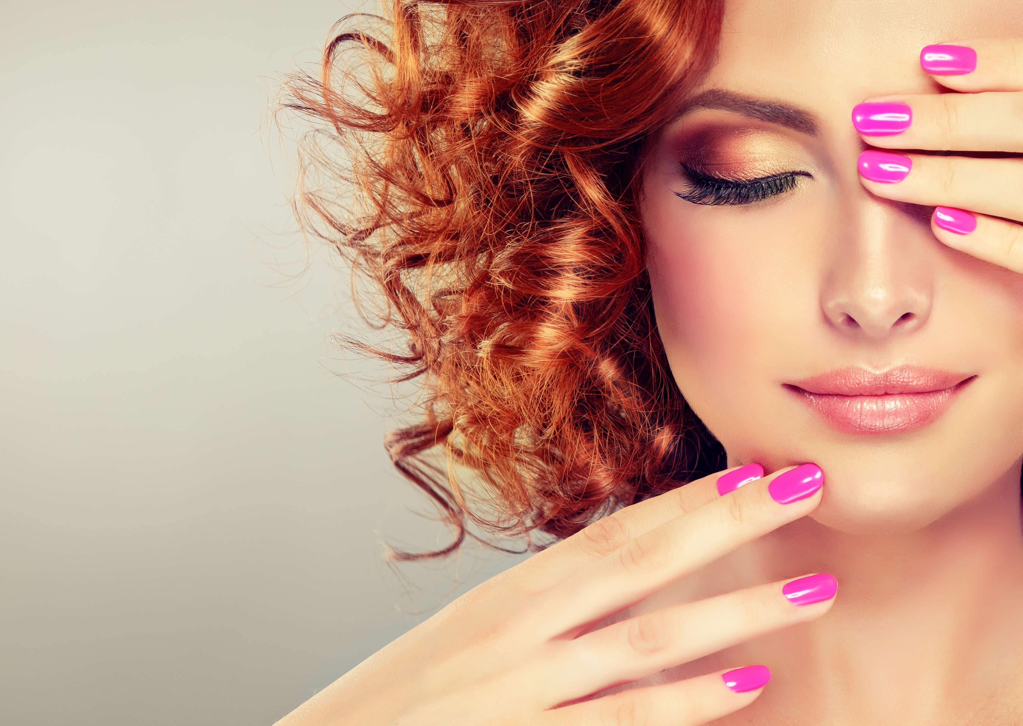 cabello rojo frambuesa con rizos