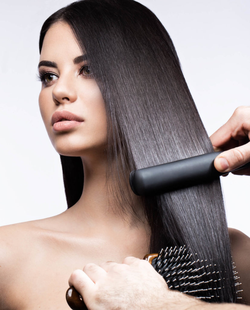 cabello alisado mujer planchando el pelo