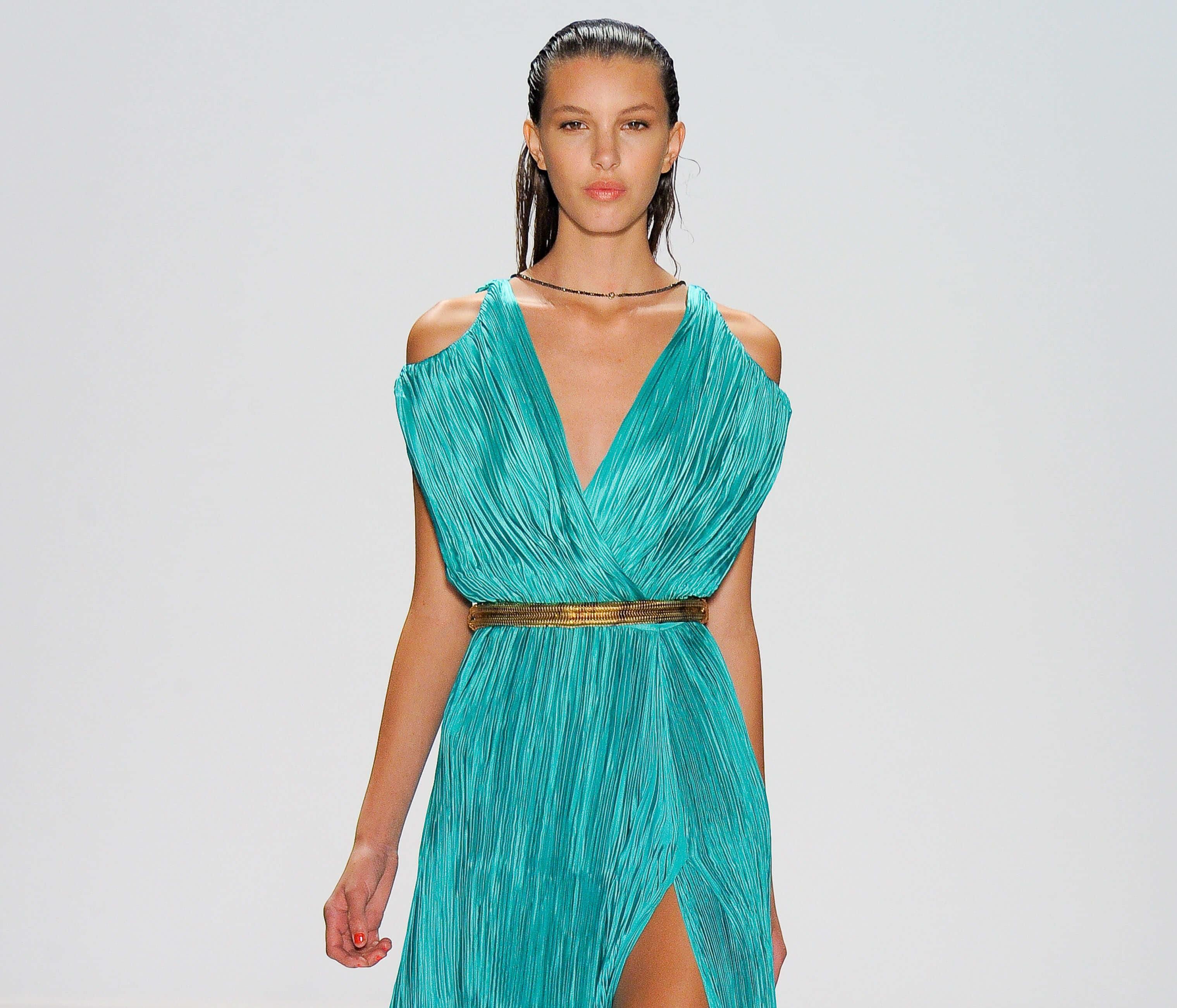 media cola húmeda modelo con vestido azul