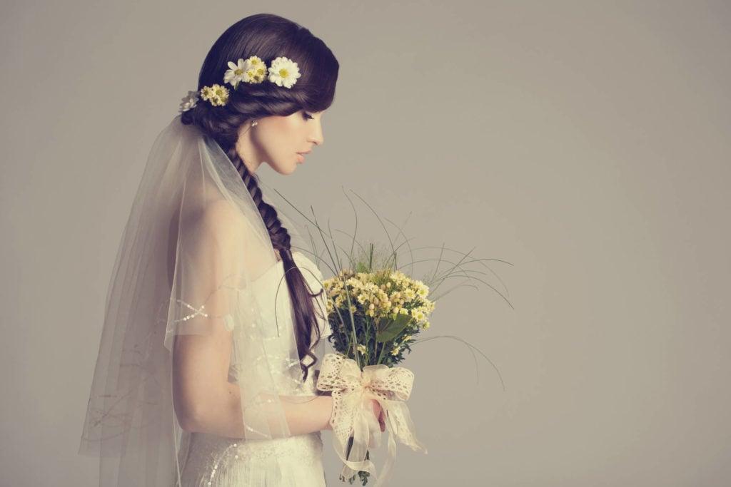 flores de novia para el pelo trenza lateral