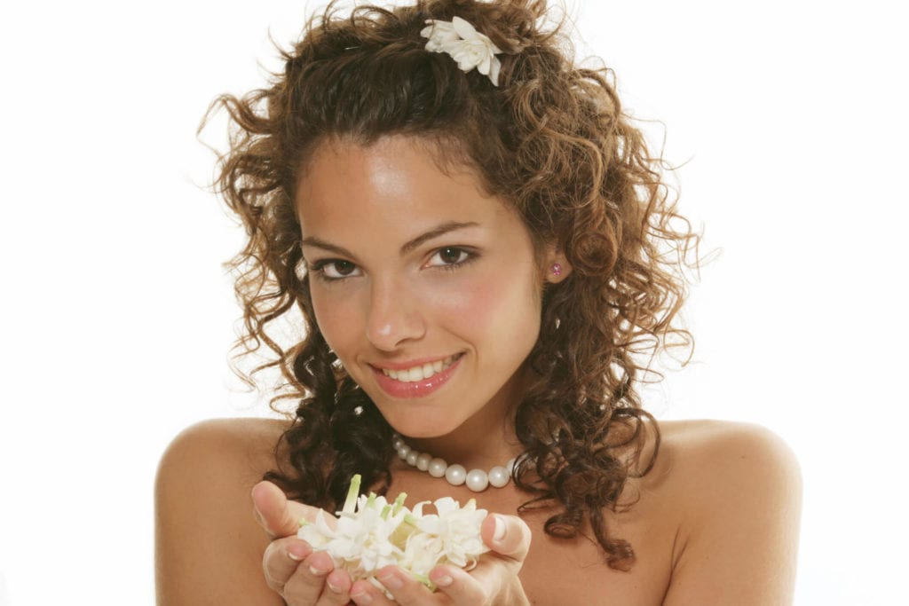 flores de novia para el pelo rizos