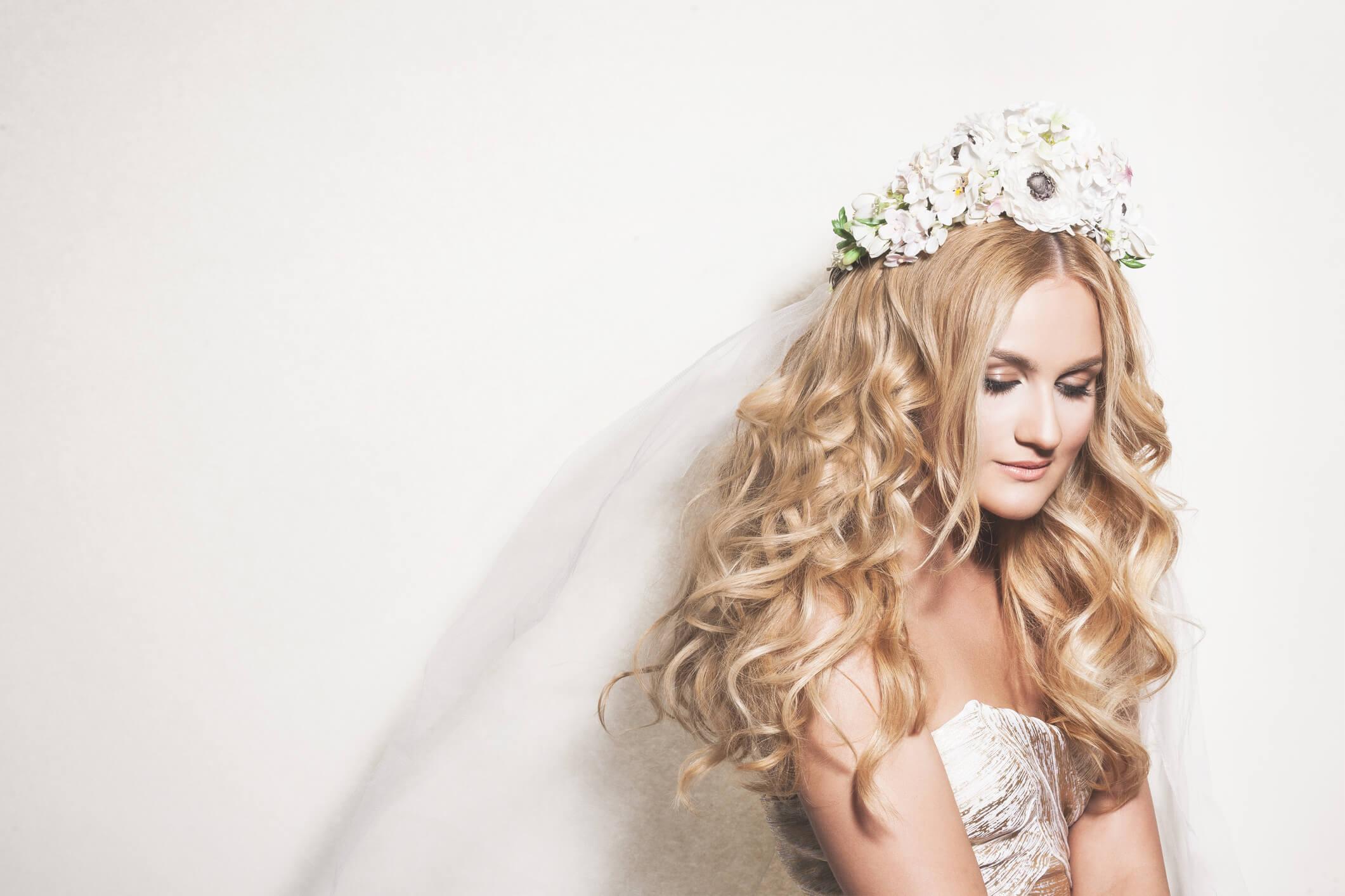 flores de novia para el pelo corona alta
