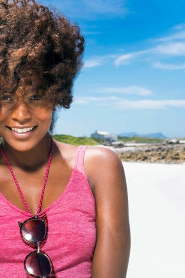 Productos para el cabello seco mujer en la playa