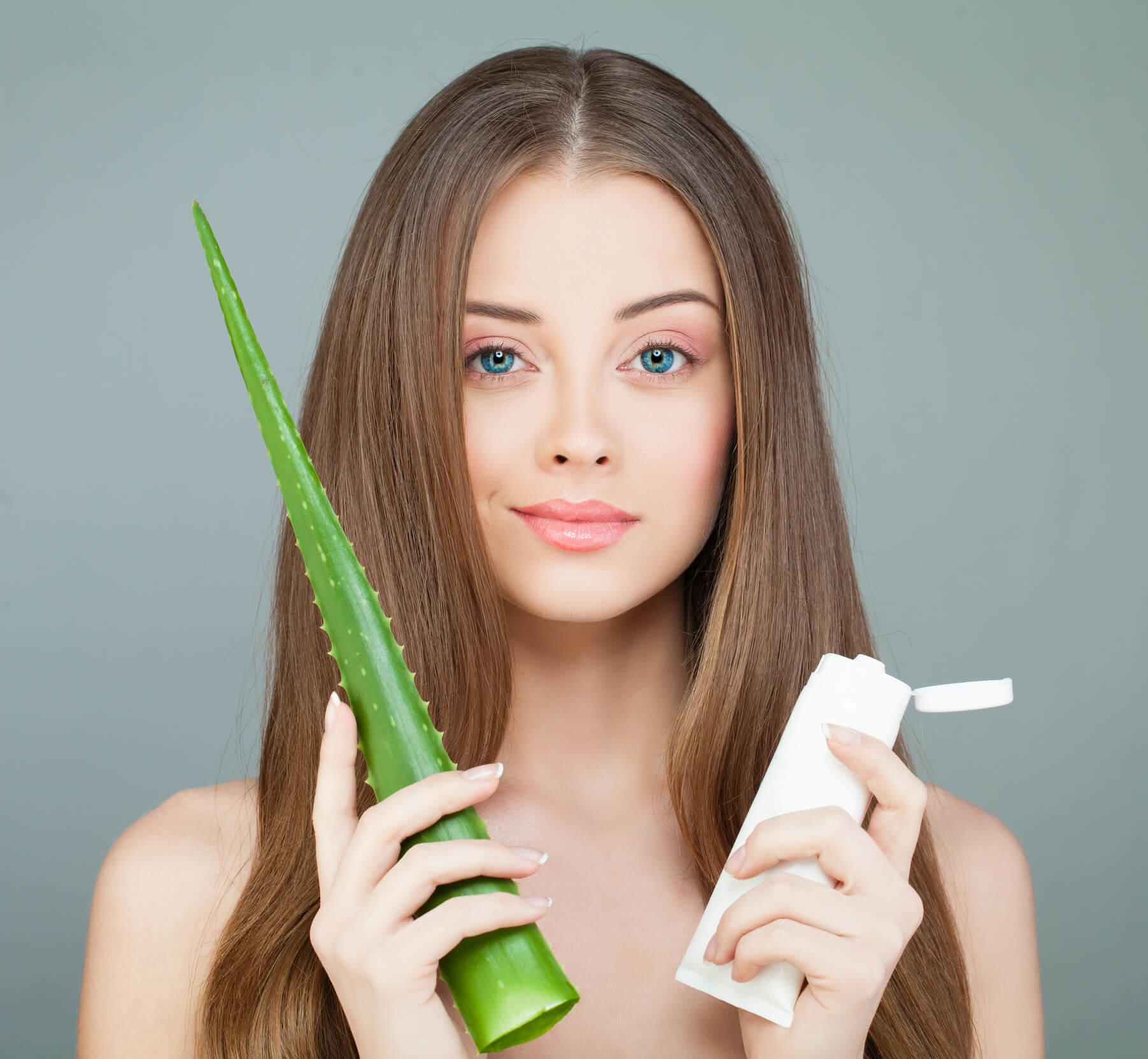 sábila para el cabello mujer con planta y producto