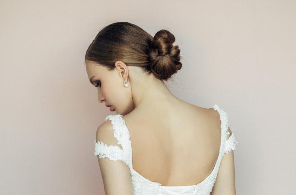 peinados de novia cabello mediano moño flor