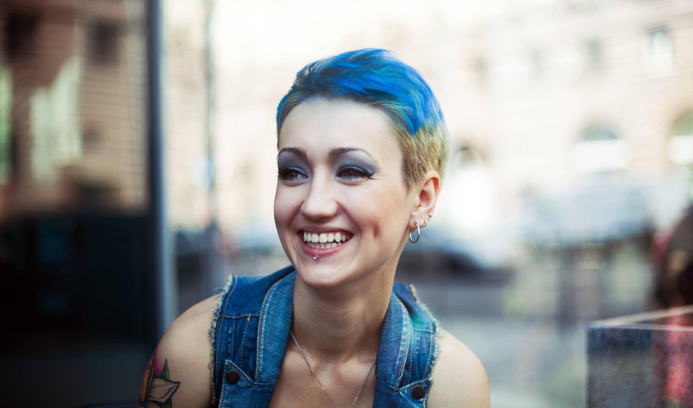 cabello azul pixie cut