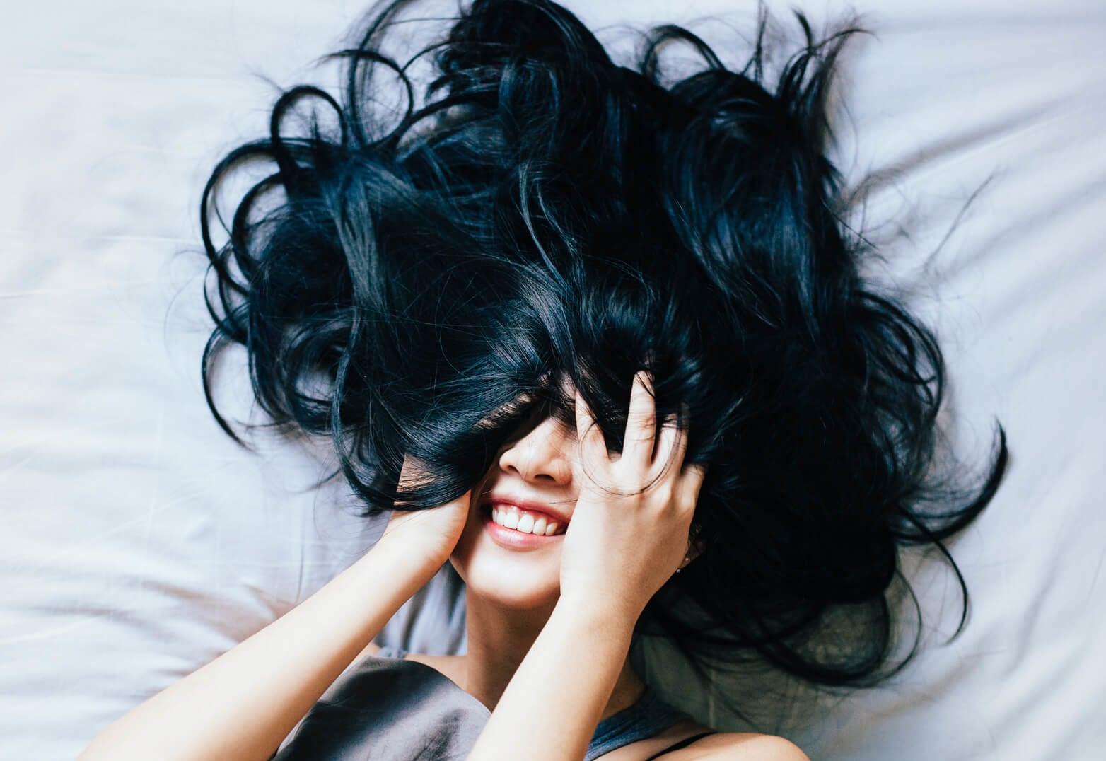 cabello negro azulado