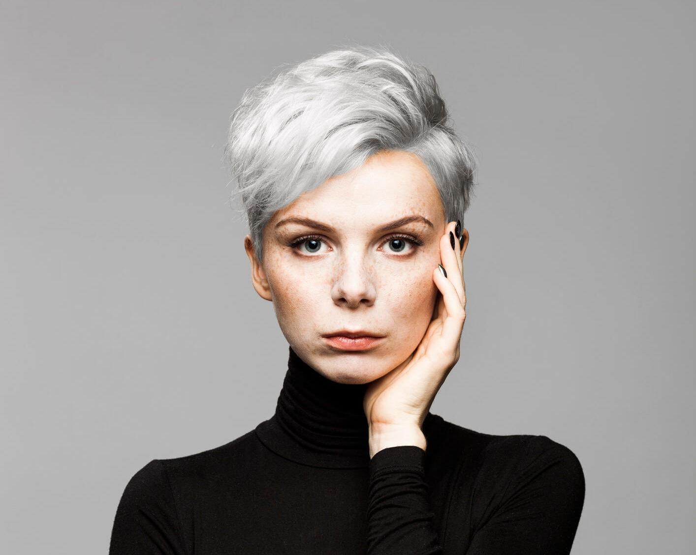 cabello gris pixie platino