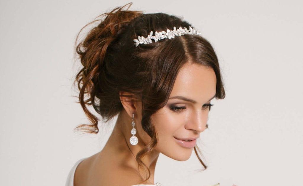 peinados con tiara moño griego