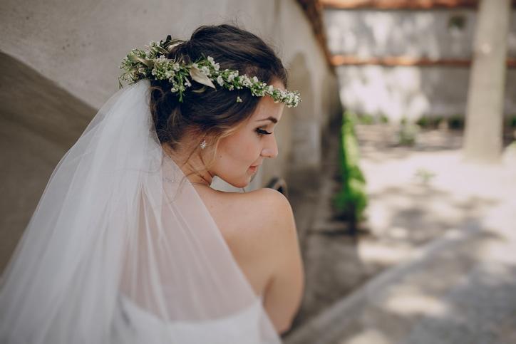 Собранная свадебная прическа с фатой