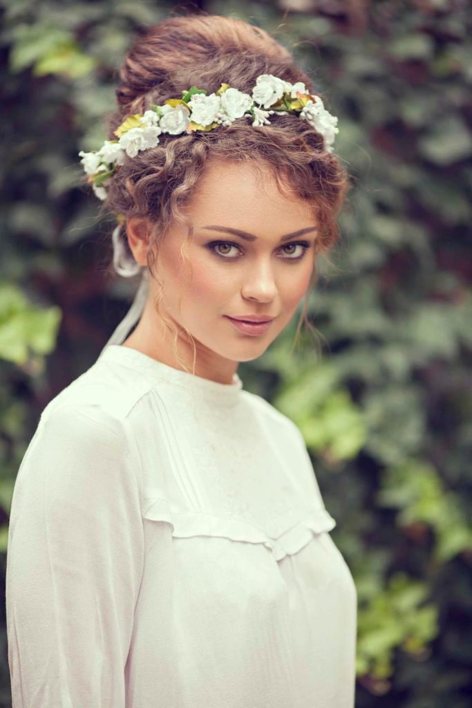 Собранная свадебная прическа с кудрявыми волосами