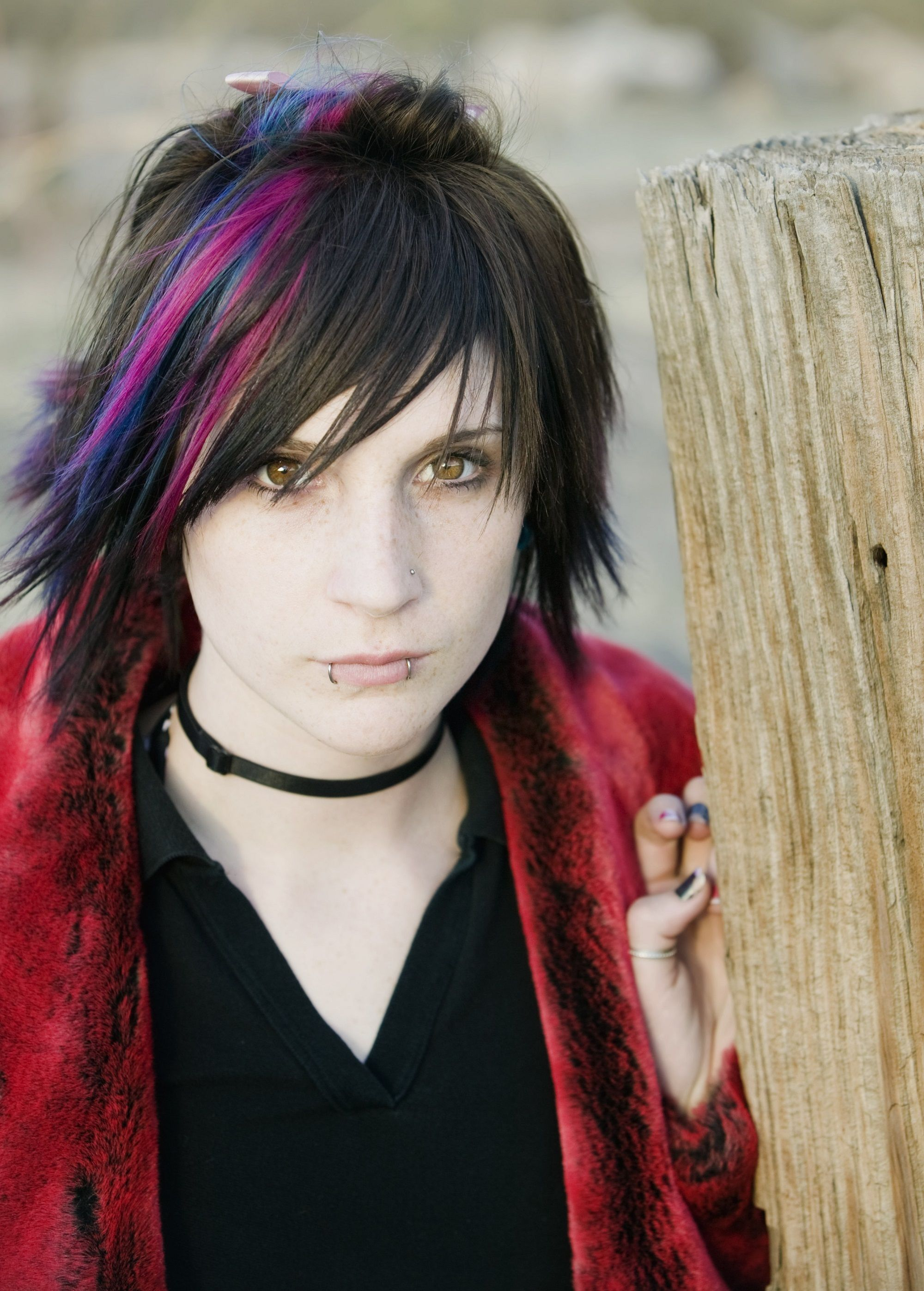 Short emo hair: Woman with short layered hair and pink highlights