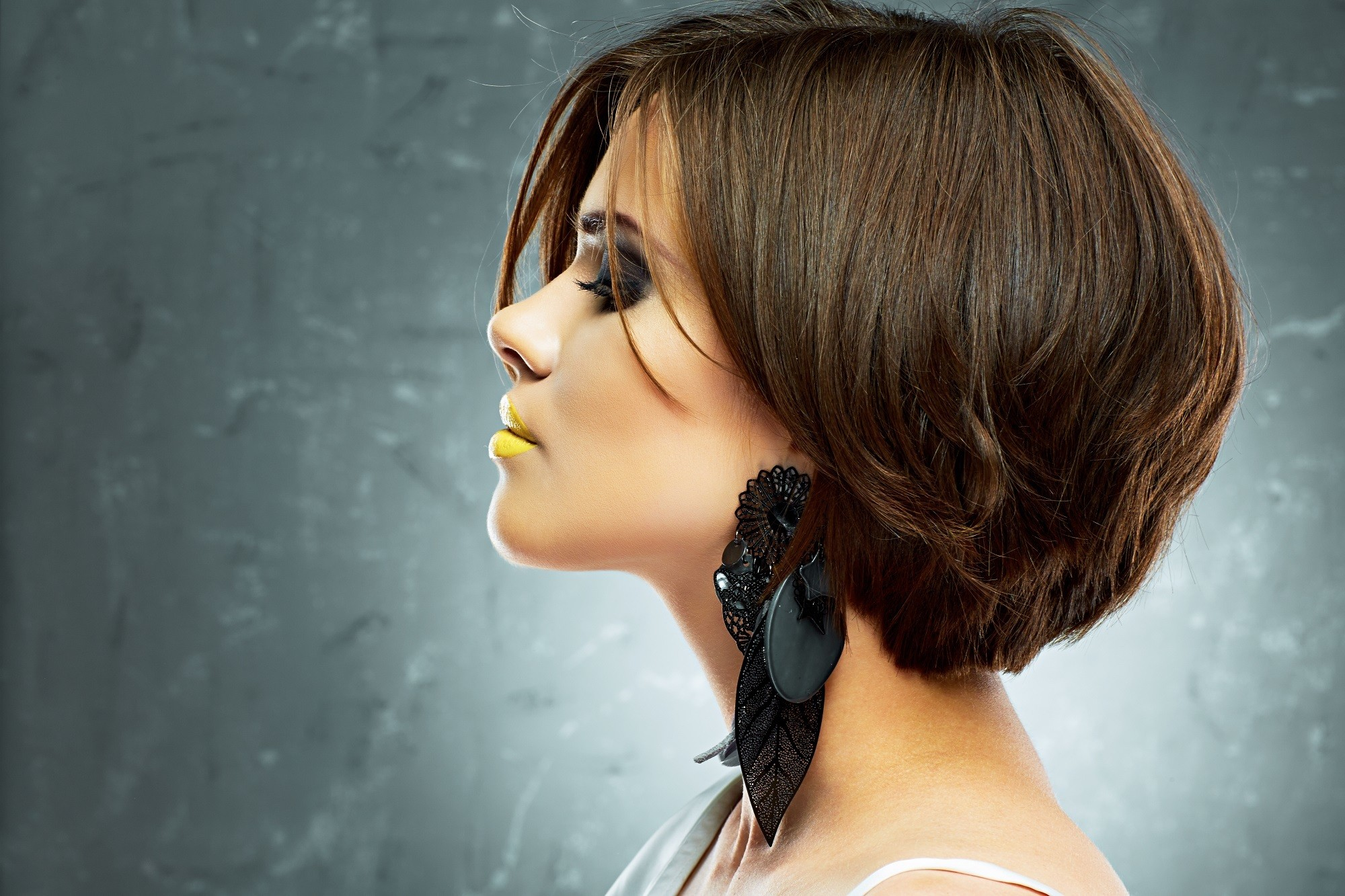 Short hairstyles for thick hair: Layered bob