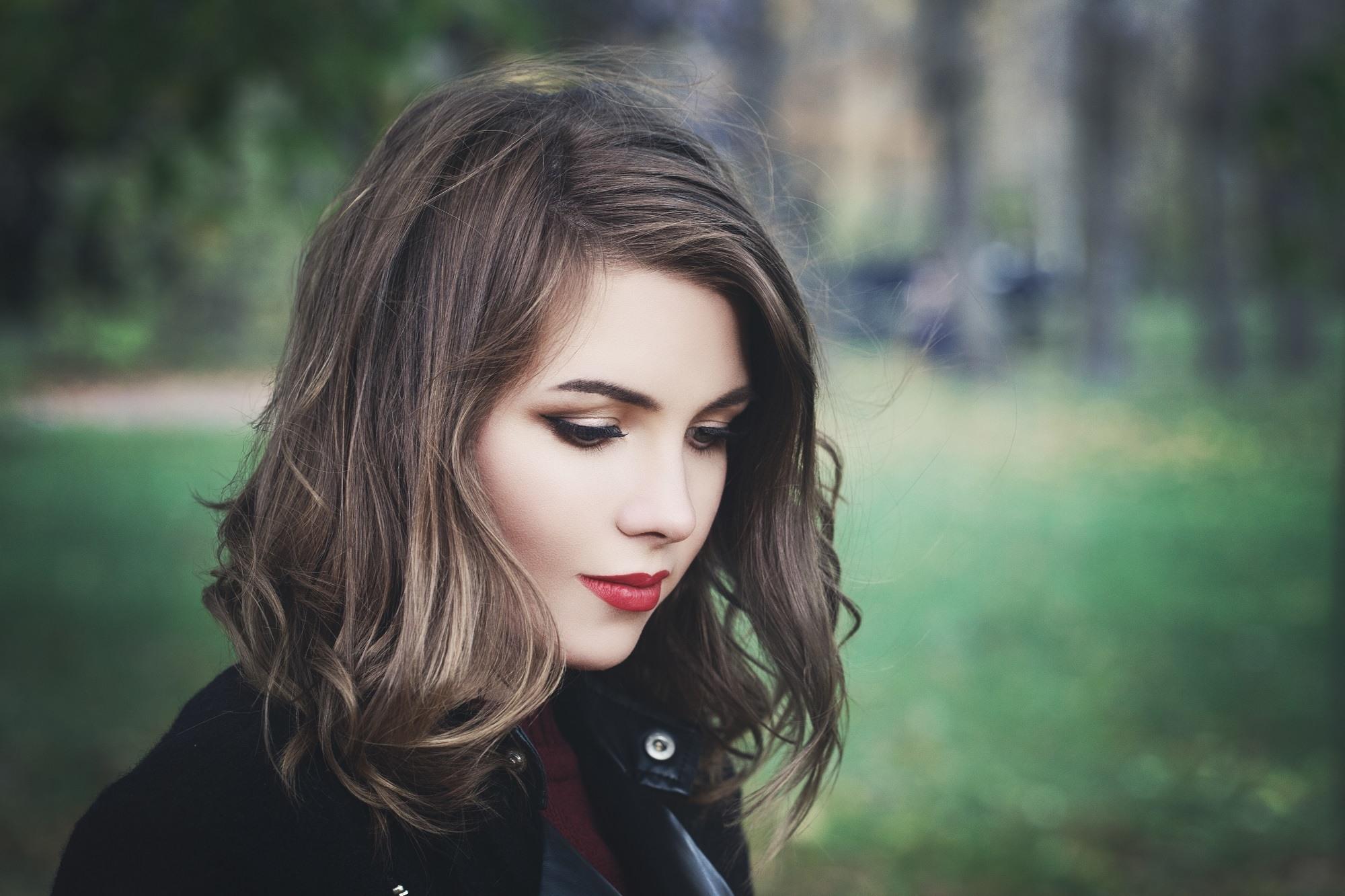 Lob hair ideas: Woman with brown wavy lob
