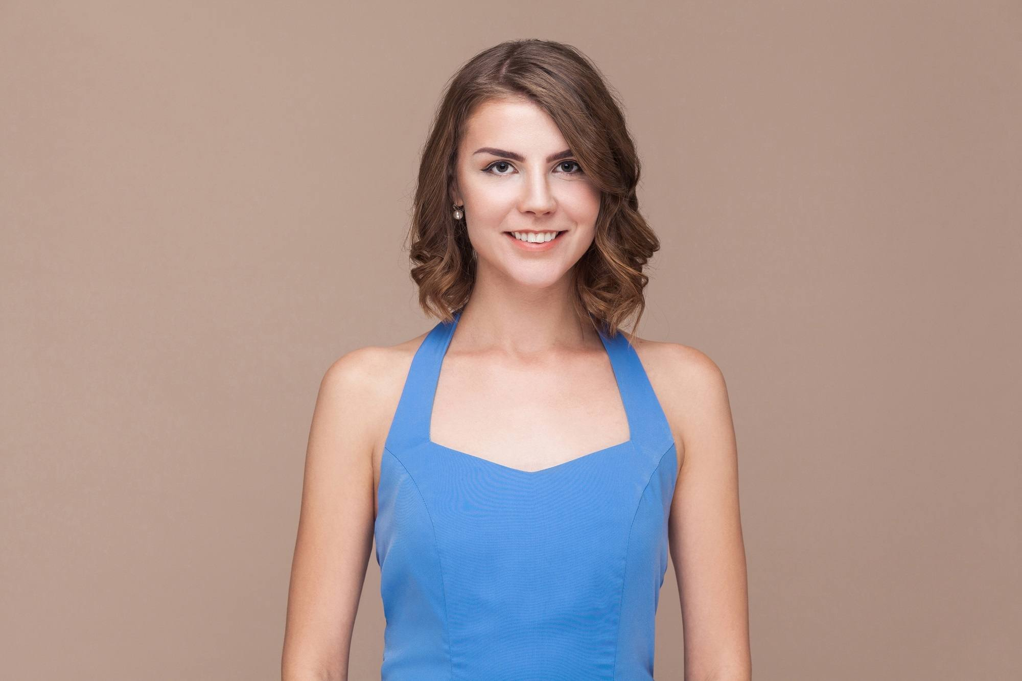 Short wavy hair: Woman with beach waves and short hair