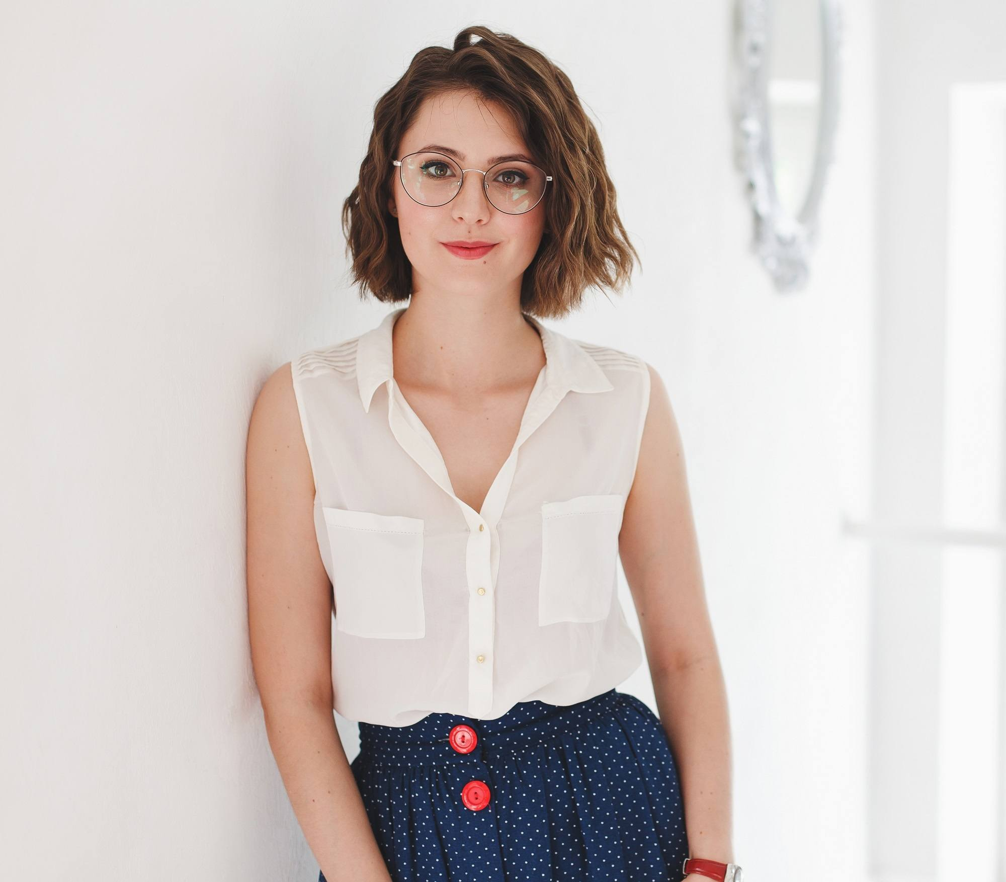 Short wavy hair: Woman with short wavy hair and eyeglasses