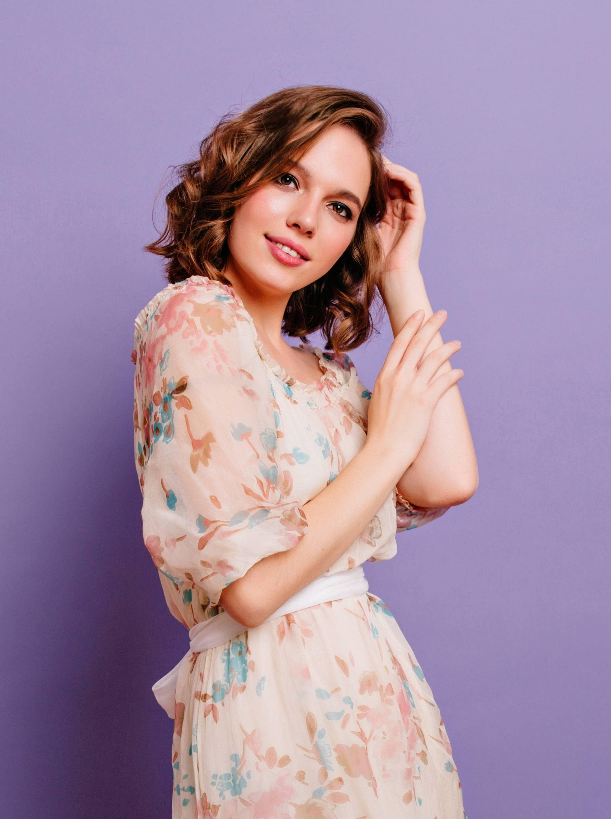 Short wavy hair: Woman with short hair and soft curls