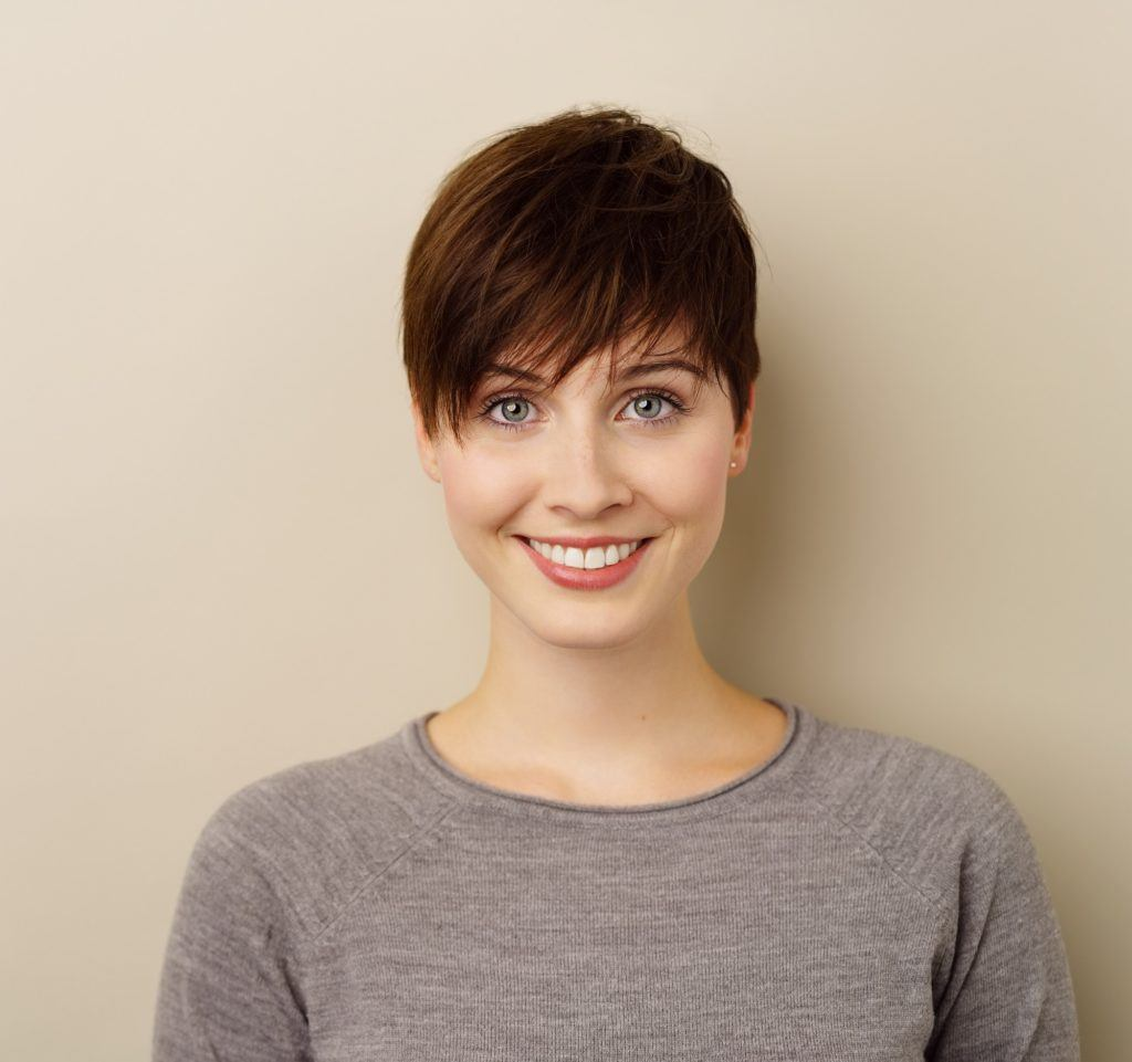 Different hairstyles for short hair: Woman with dark brown pixie cut
