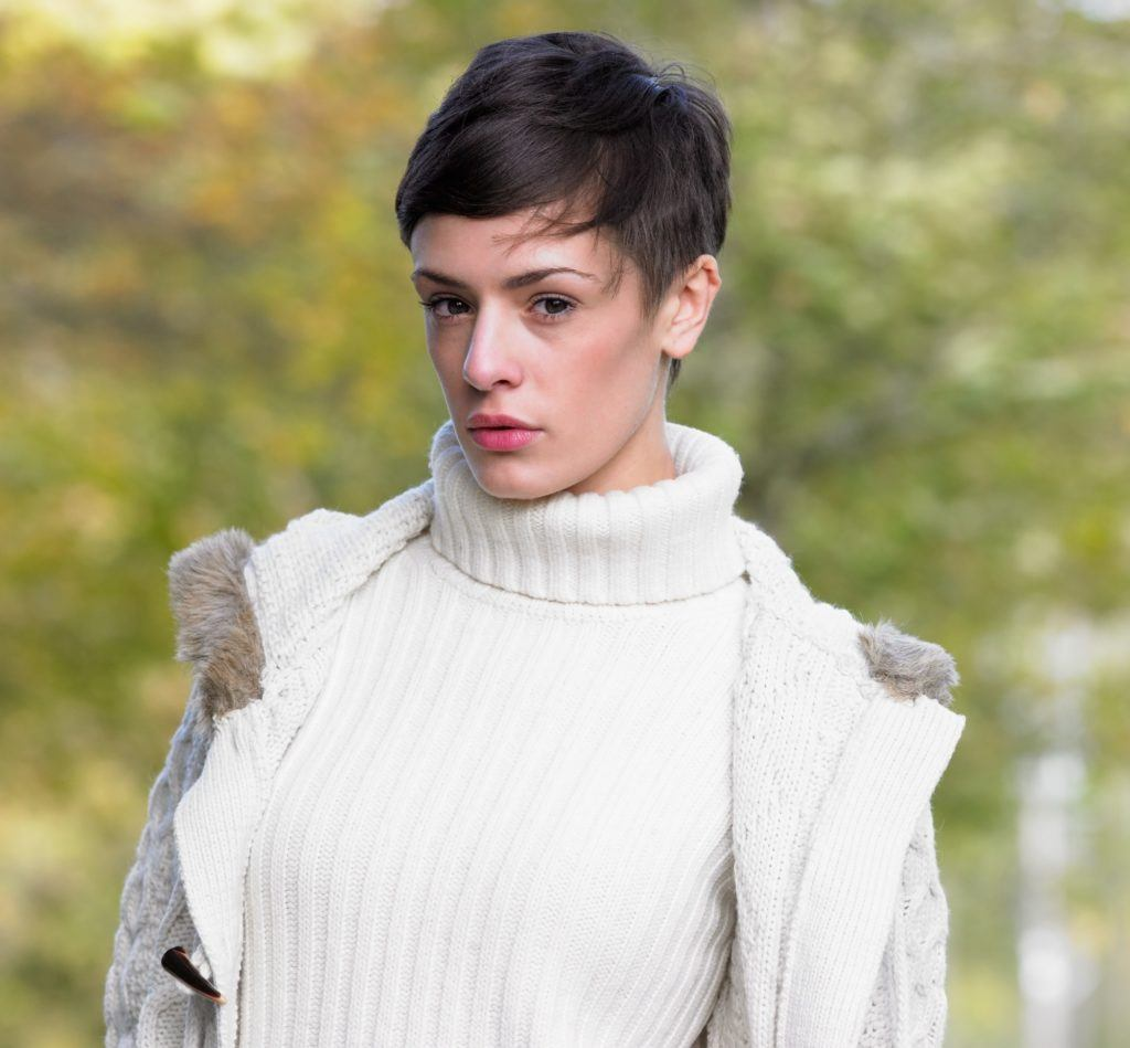 Short hair with bangs: Woman with brown hair in pixie cut with side bangs
