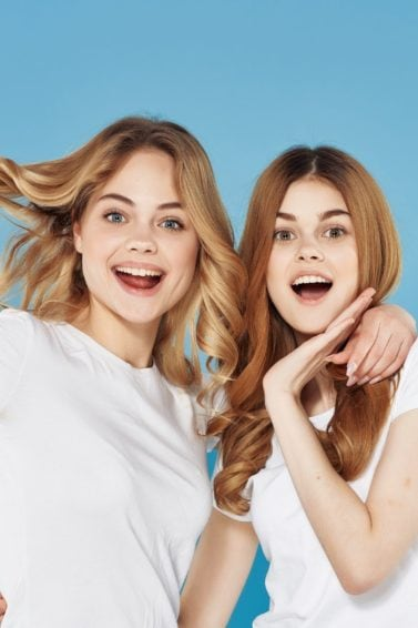 Advent calendar: Two blonde girls wearing white shirts against a blue background